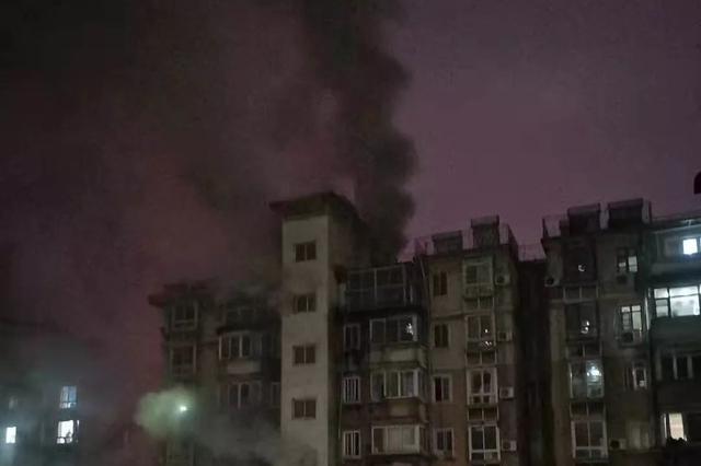 四川自贡一小区起火 16岁男孩坠楼身亡