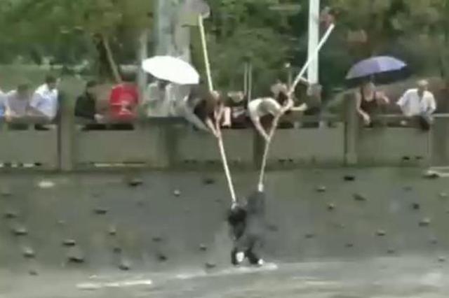 市民合力救起暴雨中落水者 家属寻人致谢