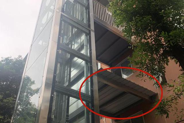 老旧小区安电梯不通2楼 小区物业:2楼住户没给电梯安装费