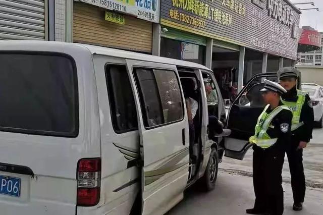 四川自贡一面包车超载9人 驾驶员被立案侦查