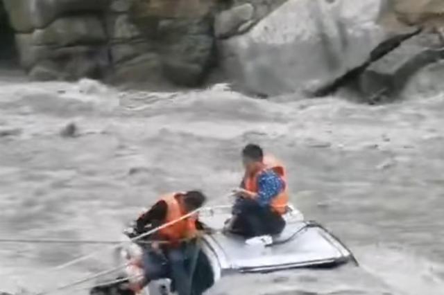 四川康定皮卡车坠河5人被困湍急河中 紧急救援下均未受伤