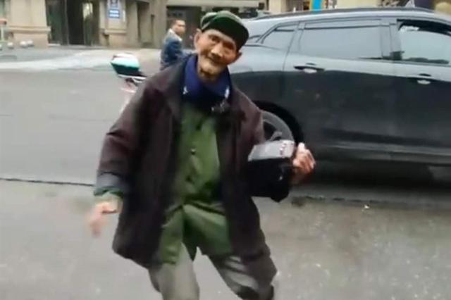 """四川彭山96岁爷爷边跳舞边卖菜:""""这人,要乐观"""""""
