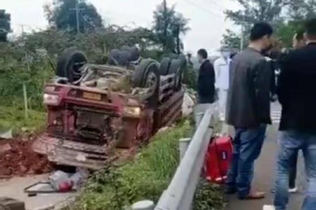四川都江堰一货车侧翻砸向路边人群 警方已开展调查