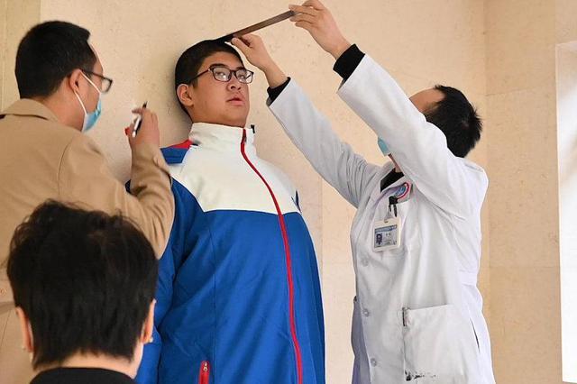 乐山14岁男孩高221.03厘米 成世界最高青少年