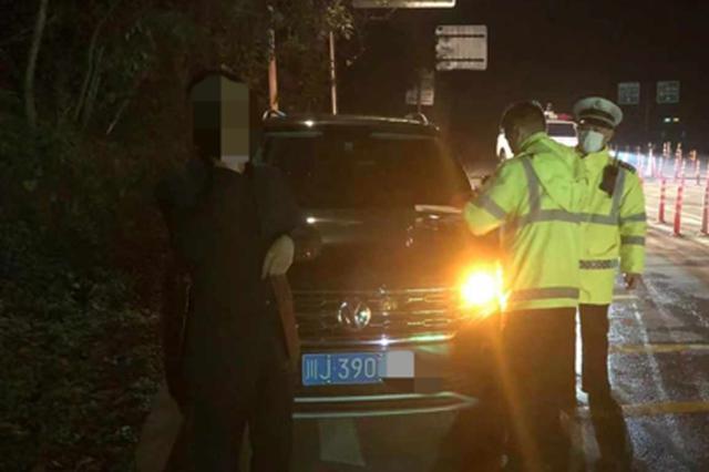 男子喝酒驾驶 从收费站下高速遍被民警逮个正着