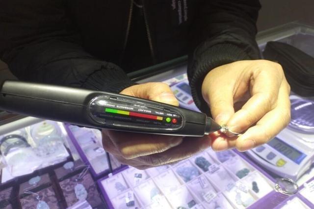 商家错把锆石当钻石回购 民警及时出手挽回3万元损失