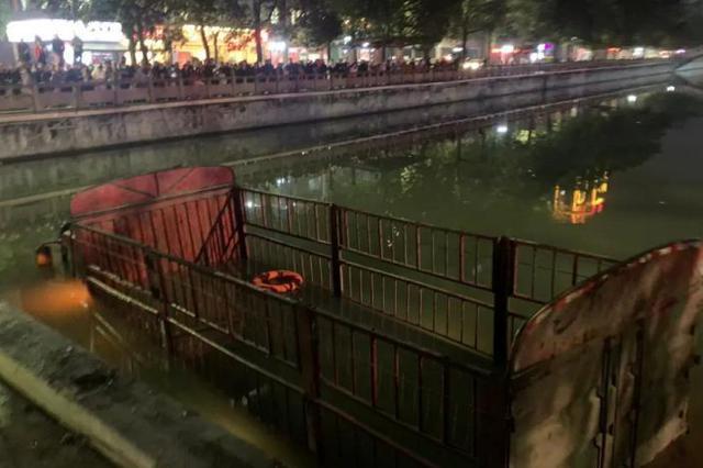 货车连撞多车坠河 宜宾特警徒手破窗救援
