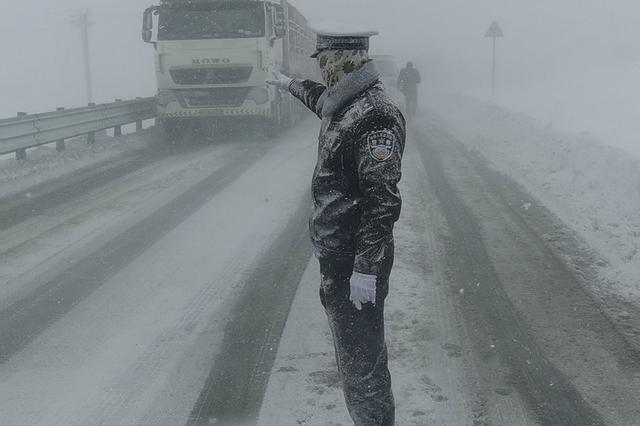 """""""雪雕""""交警是一名""""95后"""" 已在折多山工作2年"""