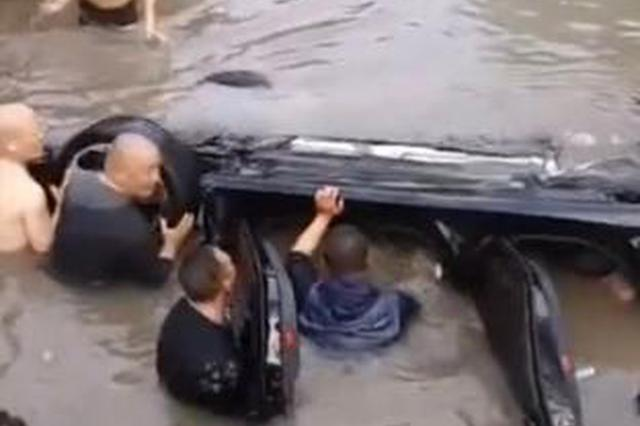 轿车翻入河道 多位热心市民跳河救人