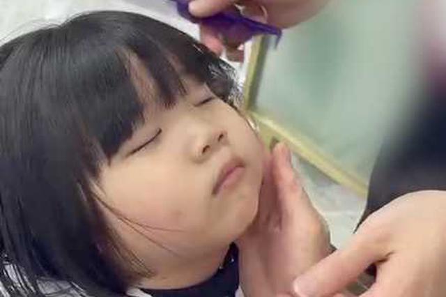 3岁萌娃剪头发睡着 三名店员全程VIP服务