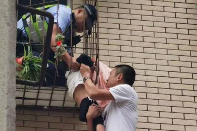 绵阳江油男童脖子卡在防护栏上身体悬空 多方合力成功救援
