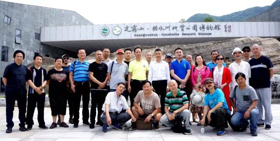 南江县领导与企业家、专家和艺术家们在光雾山景区合影