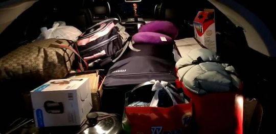 1月9日,一家人的行李塞满了后备箱