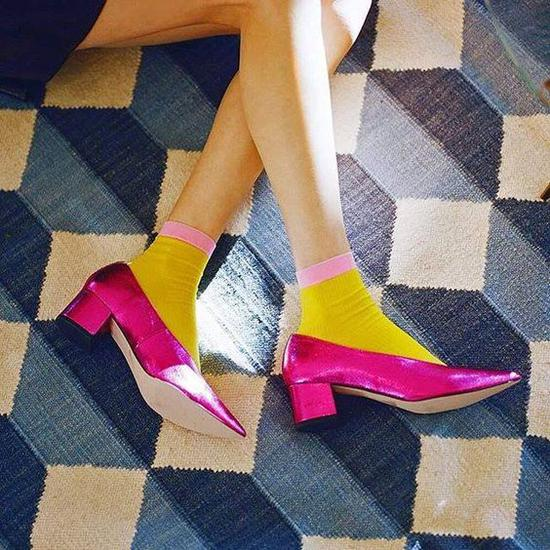 和鞋子呼应颜色的袜子