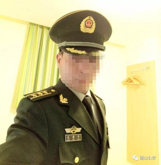 犯罪嫌疑人宾某身穿武警制服的自拍照