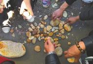 弃土场众人组团连夜挖玉石