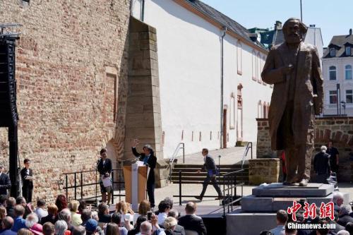 资料图:5月5日,中国赠送的马克思雕像在其故乡德国特里尔正式揭幕。中新社记者 彭大伟 摄