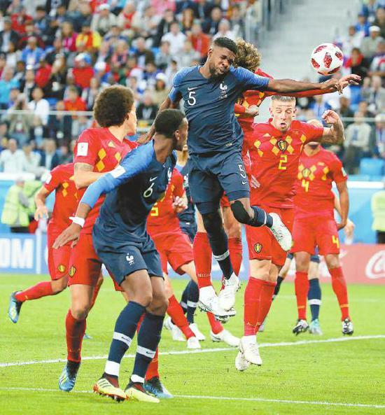 法国队球员乌姆蒂蒂(中)在比赛中头球破门。 新华社记者李明摄