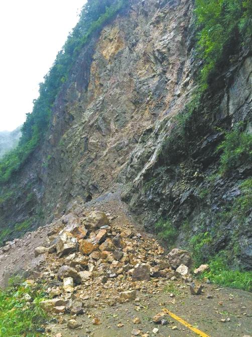 山体塌方阻断了村子通往外界的唯一道路。