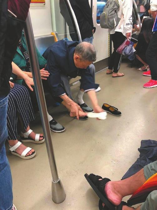成都地铁上网友拍下的温情一幕。