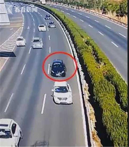 司机错过匝道口后倒车 致后车躲闪不及径直撞上