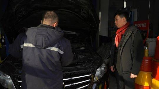 1月9日,长途行车前,李军把车开到汽修店做保养