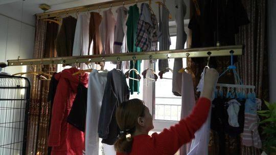 1月9日,出发前,李军的妻子在收拾一家人的衣物