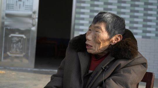 1月10日,在巴中老家,老父亲向记者聊起儿子李军