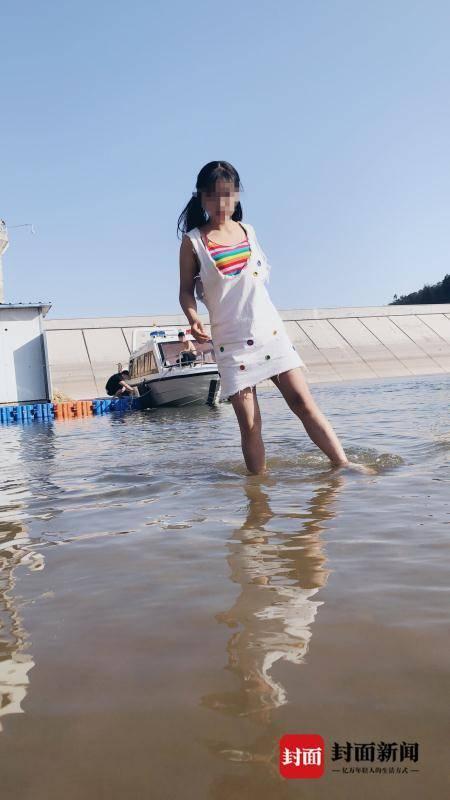 女主播一行人擅自解开水库未试水的巡逻艇,登上甲板拍照、拍视频。