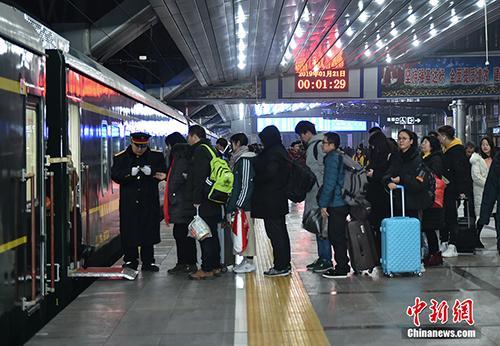 2019年1月21日0点29分,北京地区春运首趟增开旅客列车K4051次从北京站缓缓驶出,北京地区春运铁路运输大幕正式拉开。中新网记者 翟璐 摄