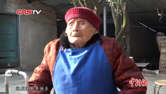 """成都""""最牛00后"""" 看118岁老人六世同堂的春节"""
