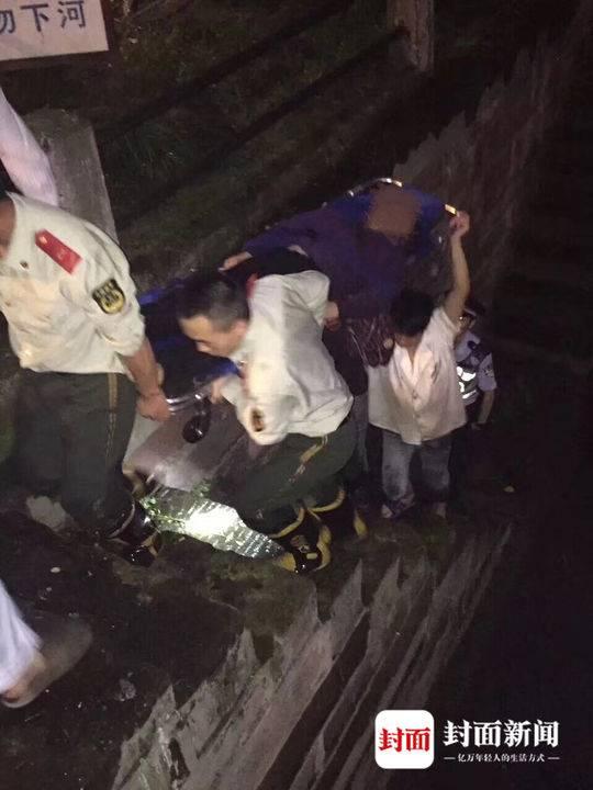 当晚餐馆工作人员参与救人