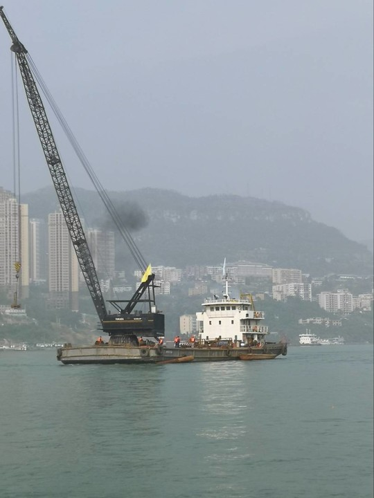 四川路桥60吨浮吊已到现场