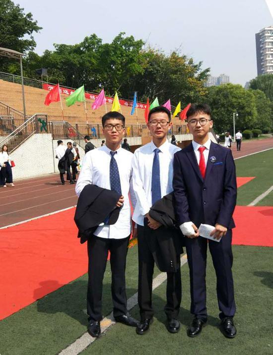 顾文博(右一)和同学们