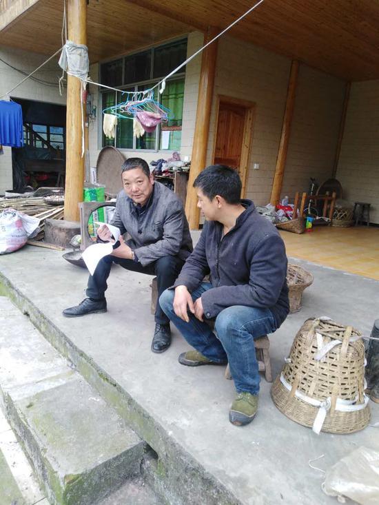 侯国华(左)正在村民家中走访