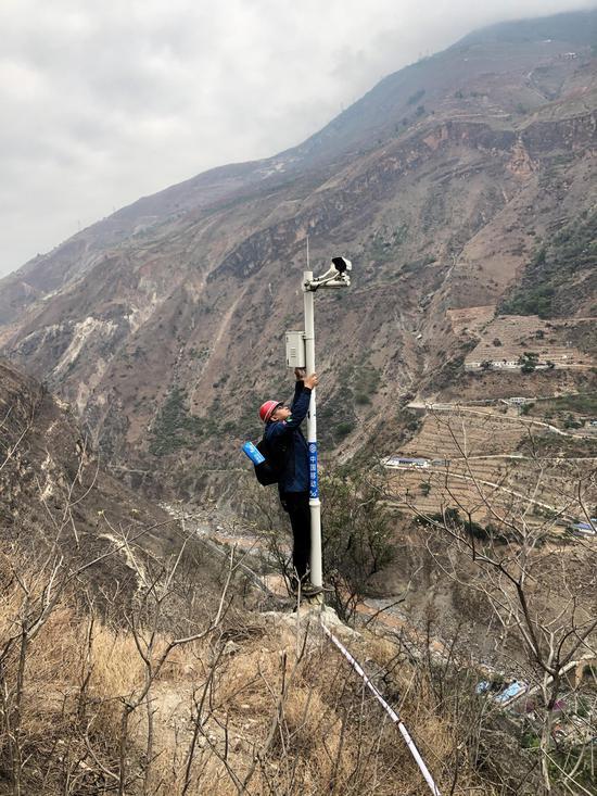 """中国移动四川公司网络建设人员在悬崖村调测""""千里眼""""设备"""