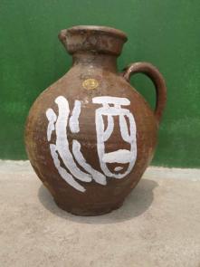 馆中收藏的村民留存的酒壶。 图片提供 周义双