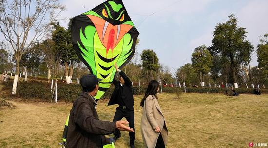 """△长达100米的""""眼镜王蛇""""风筝"""