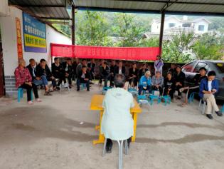 德昌县农业农村局专家服务团到德昌县枇杷现代农业园区开展有机肥科学使用技术培训