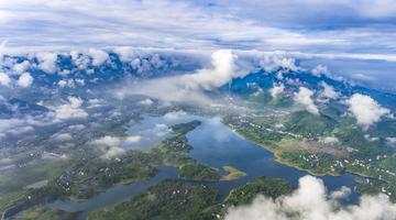 瞰华蓥天池湖:云雾环绕 美如仙境