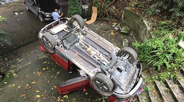 小车冲下坎 车上两人受伤