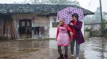 四川64岁阿婆照顾孤寡老人30余年