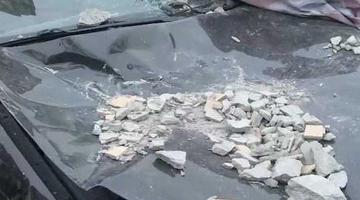 小区外墙脱落 50万新宝马被砸到报废