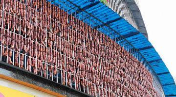 乐山老板自制千斤香肠挂满十米阳台