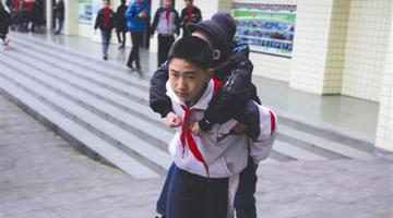 眉山12岁小学生热心照顾肌无力同学