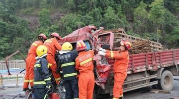 广元一小型货车追尾水泥挂车 致2死1伤