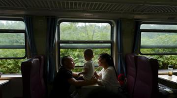 """成渝铁路上的""""绿皮慢车"""""""