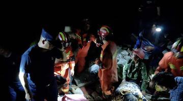 直击宜宾6.0级地震 救援人员搜救被困者