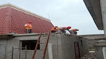 小区顶楼业主违章搭建 被依法全部拆除