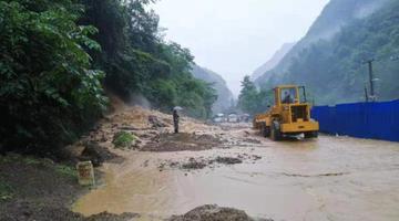 四川万源大暴雨阻断境内多处国道省道